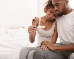 photo-couple-looking-at-pregnancy-test-test