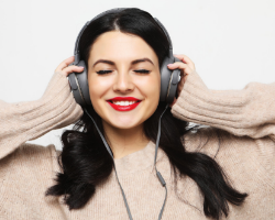 photo-fino-woman-listening-to-ivf-podcast-testng-to