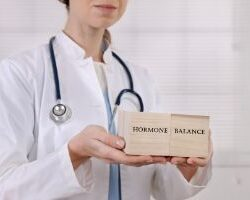 photo-fino-doctor-holding-sign-test