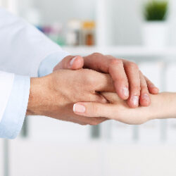 photo-fino-doctor-holding-hand-test
