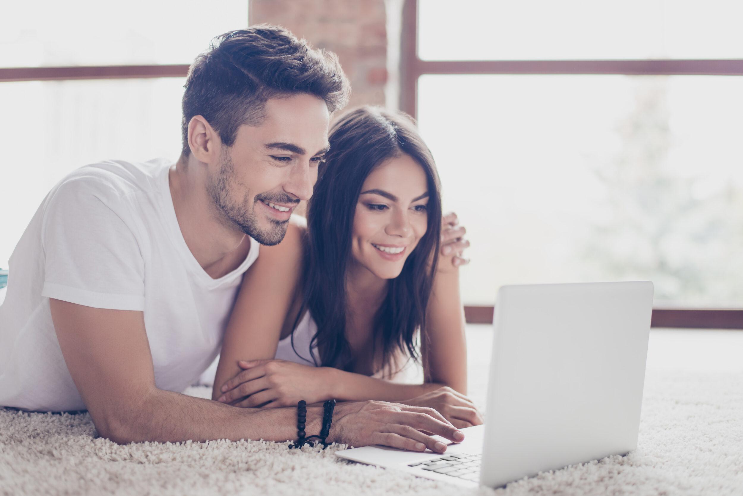 Couple read a fertility blog