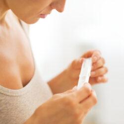 photo-fino-woman-holding-pregnancy-test-test